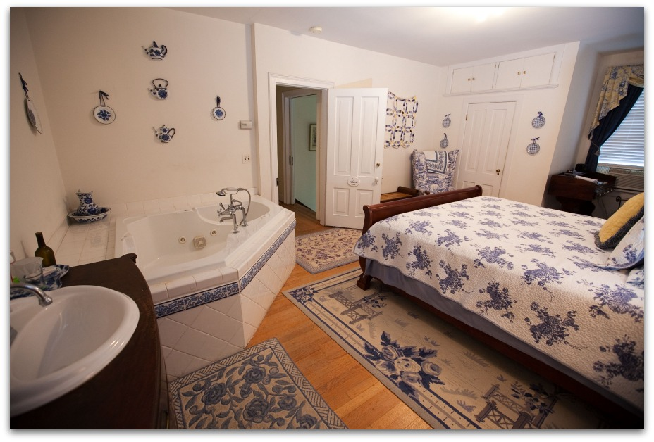 bed and breakfast room with whirlpool tub